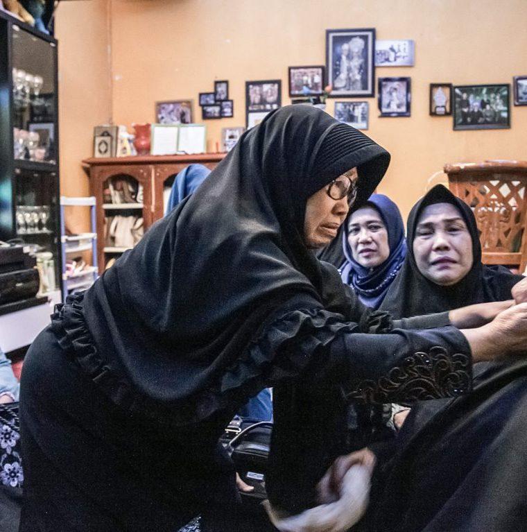 Una mujer, familiar de una de las víctimas del percance aéreo, recibe muestras de condolencias en Indonesia. (Foto Prensa Libre Hemeroteca PL)
