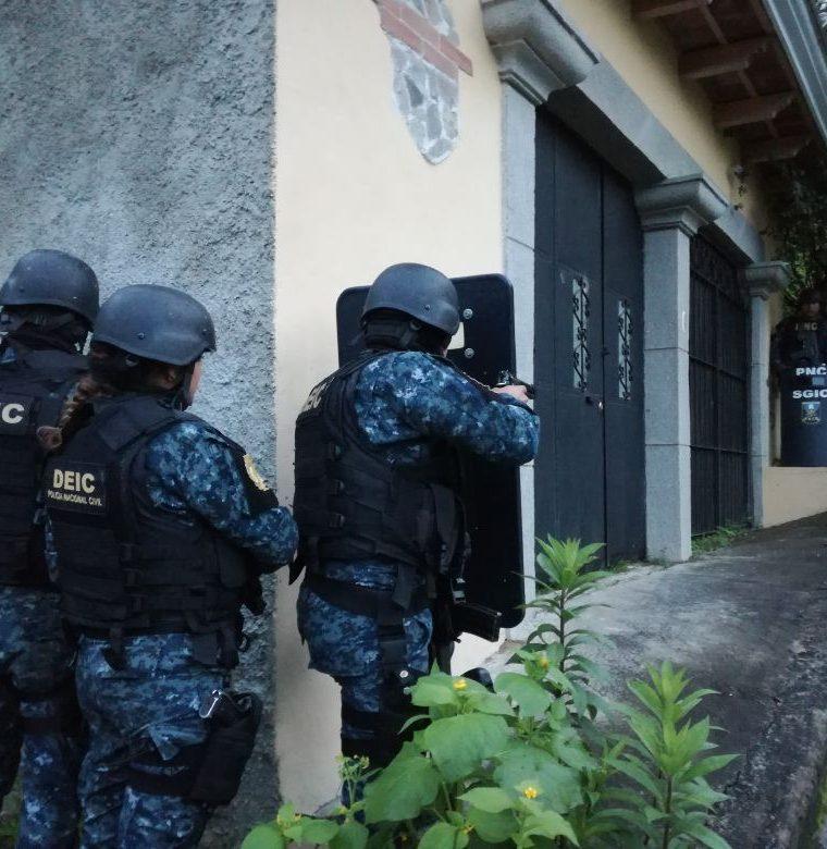 Una de las viviendas allanadas durante los operativos contra la banda delincuencial los Pelones, que operaba en la zona 5 capitalina. (Foto Prensa Libre: PNC)