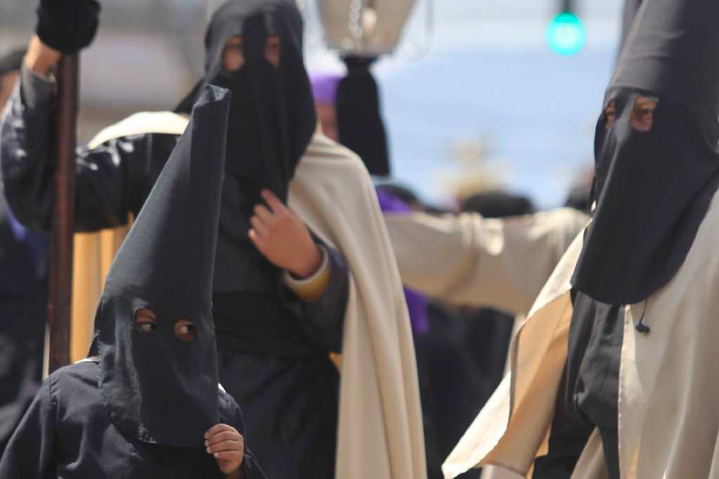 Fieles muestran su fe y a Jesús, vistiendo trajes elaborados para la época.