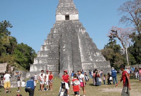 Turistas visitan las ruinas de Tikal en Petén. (Foto Prensa Libre: Archivo)