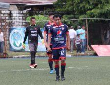 Fredy Ruano y Krisitan Guzmán muestran su descontento por no lograr sumar en Malacatán. (Foto Prensa Libre: Raúl Juárez)