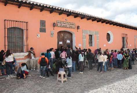 Decenas de padres de familia esperan turno para  conseguir inscribir a hijas en el Insol.