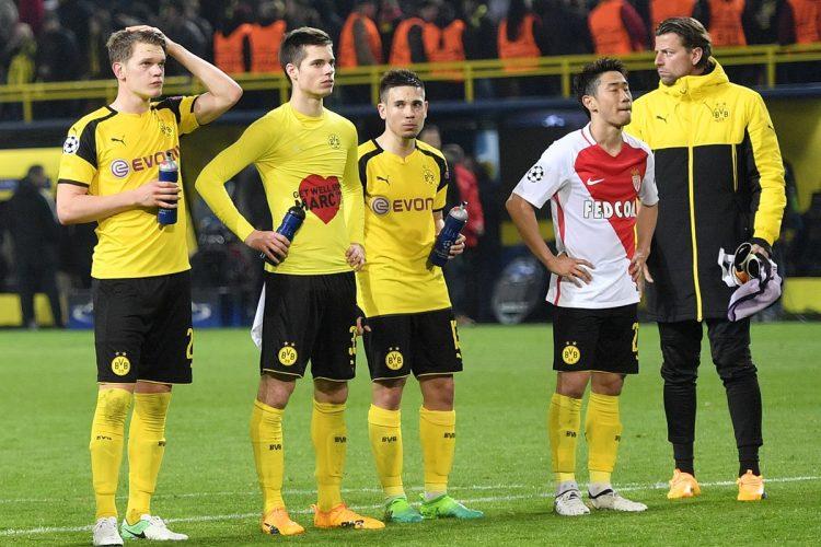Los jugadores del Borussia Dortmund lamentan la derrota en casa.