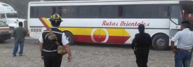 El autobús se detuvo en el km 68, ruta al Atlántico. (Foto Prensa Libre: Mario Morales)