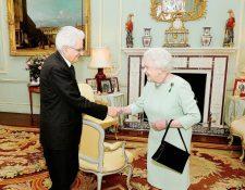 La reina Isabel II (derecha) saluda al presidente italiano Sergio Matterella (izquierda), una de sus actividades más recientes. (Foto Prensa Libre: AFP).