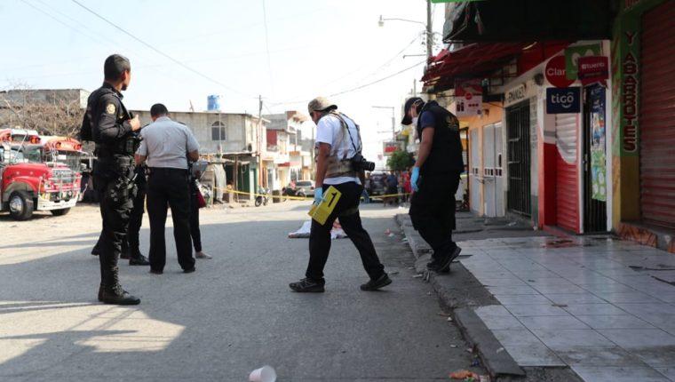 Personal del MP recaba evidencias en Tierra Nueva 2, Chinautla, donde el piloto de un autobús murió a balazos. (Foto Prensa Libre: Érick Ávila)