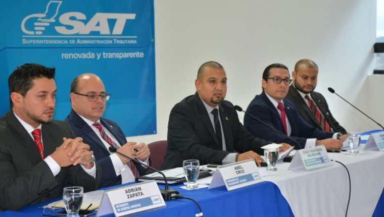 Autoridades de la SAT durante la presentación de la declaración patrimonial. (Foto Prensa Libre: Cortesía)