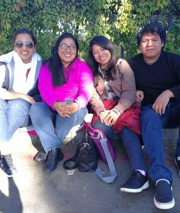 Nancy Orozco, de fucsia, junto a compañeros de trabajo. (Foto Prensa Libre: Anna Lucía Ibarra).