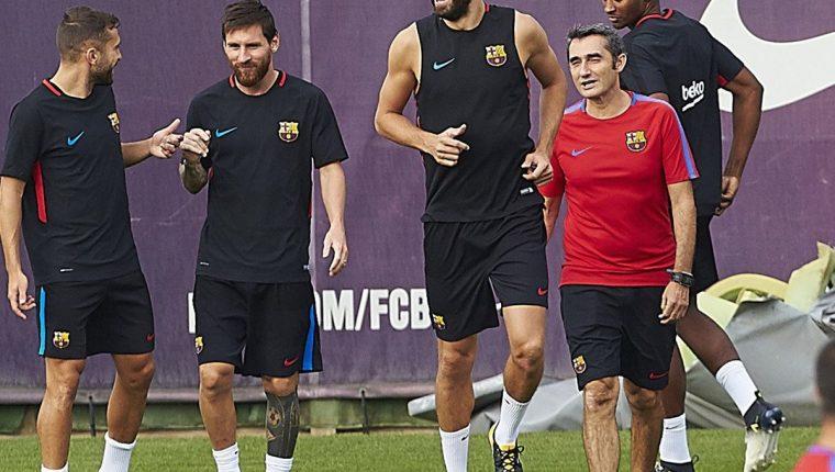 Gerard Piqué se entrenó con normalidad este sábado, previo al debut del Barcelona en la Liga. (Foto Prensa Libre: EFE)