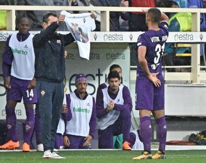 Vitor Hugo le rindió homenaje celebrando con una camisola. Curiosamente, lleva el número 31 en la espalda, al sentido contrario del '13' de Astori. (Foto Prensa Libre: EFE)