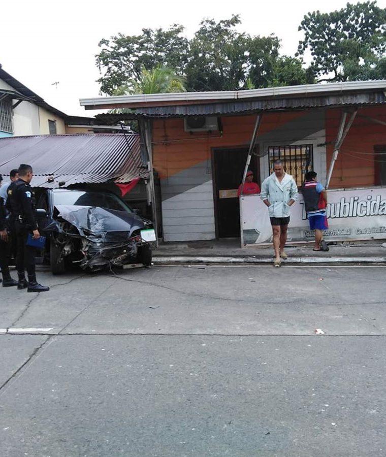 En el percance murió un perro que vivía en la casa dañada. (Foto Prensa Libre: Dony Stewart)