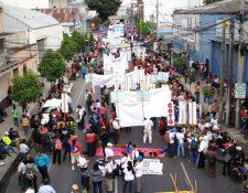 Cientos de personas participan en la marcha por la conmemoración del Día Internacional del Trabajo. (Foto Prensa Libre: Érick Ávila)