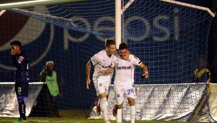 Kendel Herrarte festeja con Federico Gallego, después de marcar el primer gol. (Foto Prensa Libre: Francisco Sánchez)