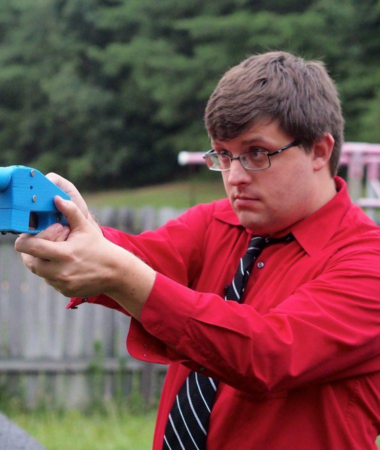Travis Lerol, ingeniero de software apunta con una pistola Libertador descargada en el patio trasero de su casa.(AFP)