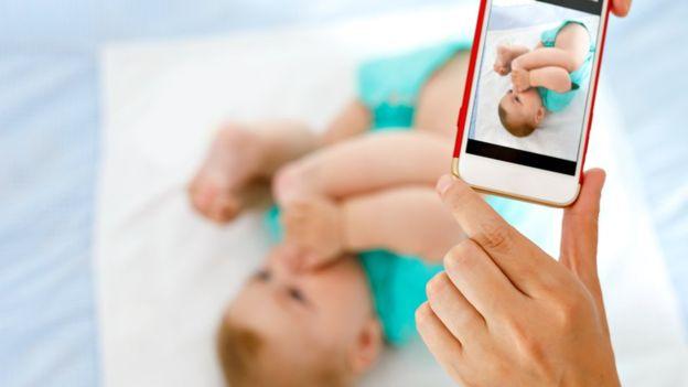 """El """"sharenting"""" hace que muchos padres muestren sin pudor ni medida fotos de sus bebés. GETTY IMAGES"""