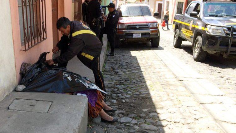 Bomberos Voluntarios confirmaron la muerte de Martha Orozco Cahuex.(Foto Prensa Libre: Carlos Ventura)