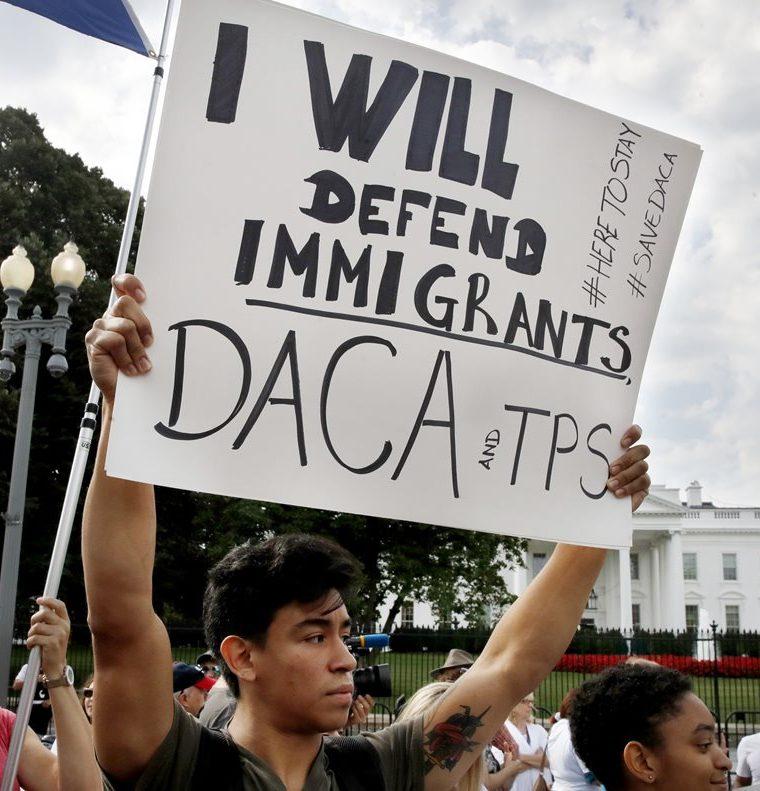 Un soñador de Rockville, Maryland protesta en apoyo del programa de Daca, en las afueras de la Casa Blanca, en Washington. (Foto Prensa Libre:HemerotecaPL)