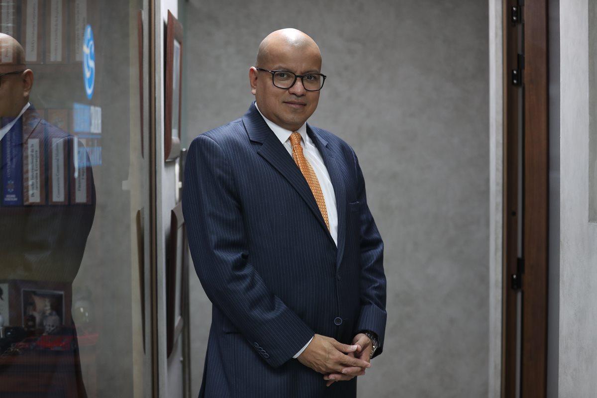 Carlos Echeverría es uno de las seis que integra la lista de profesionales para dirigir la Contraloría General de Cuentas. Explicó sus proyectos si resulta electo contralor. (Foto Prensa Libre: Carlos Hernández Ovalle)