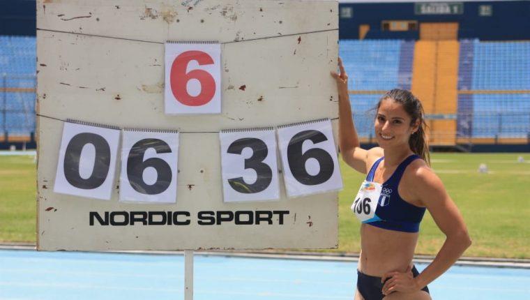 Thelma Fuentes posa con su nueva marca en salto de longitud. (Foto Prensa Libre: Twitter @AtletismoGUA)