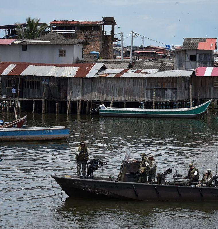 Marinos colombianos patrullan las aguas alrededor del municipio de Tumaco, Departamento de Nariño, en la costa del Pacífico colombiano.(AFP).