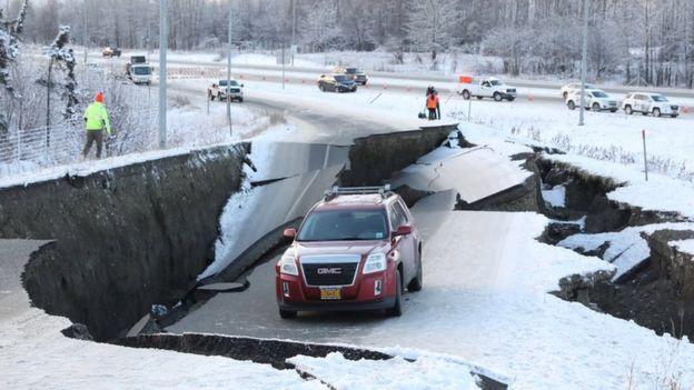 Algunas vías en Anchorage colapsaron. REUTERS