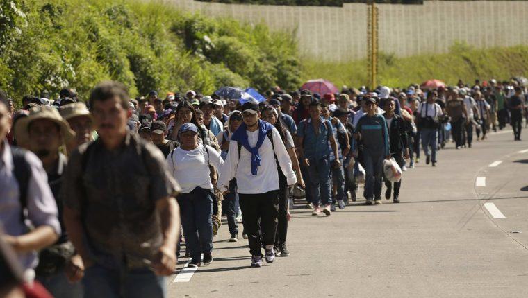 Una segunda caravana formada por unos 600 migrantes salió de San Salvador rumbo a los Estados Unidos. (Foto Prensa Libre: EFE)