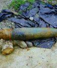 Una bomba de 250 kilogramos permanece en el patio de una vivienda en Los Ángeles en Ixcán. (Foto Prensa Libre: Cortesía)