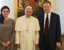 El Papa (c) junto a los periodistas Greg Burke (d) y Paloma García Ovejero. (AFP).