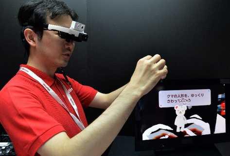 Las gafas inteligentes de la empresa NTT Docomo traducen textos -acompañados de imágenes- en japonés a cualquier otro idioma, como inglés, español, alemán, francés, italiano y portugués.