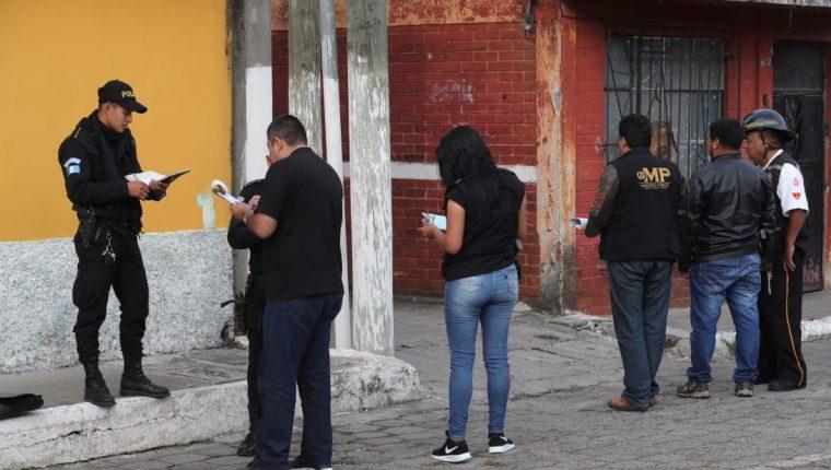 Agentes de la PNC y MP trabajan en el lugar del hallazgo de los cuerpos. (Foto Prensa Libre: Estuardo Paredes)