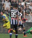 Fabrizio Cacciatore, del Chievo, celebra luego de anotar su gol este domingo. (Foto Prensa Libre: EFE)