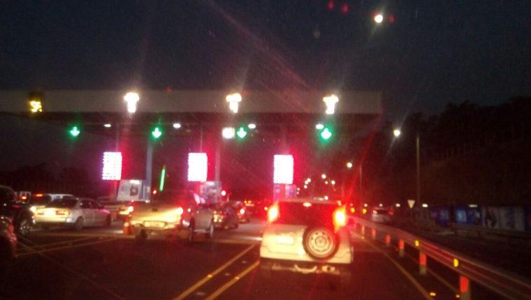 Cola de vehículos en peaje de autopista Palín-Escuintla. (Foto Prensa Libre: Provial)