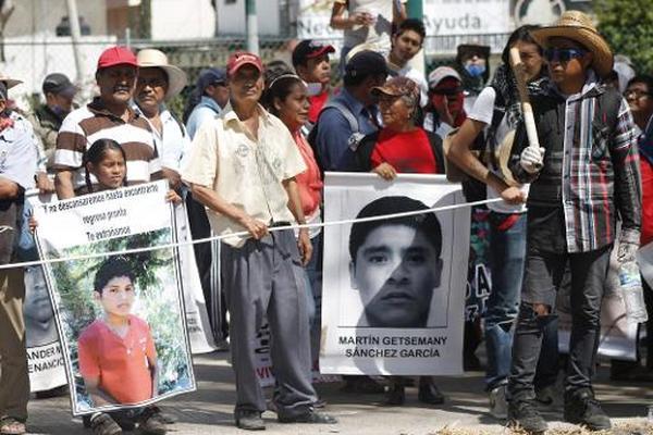 Los allegados de los 43 estudiantes mexicanos desaparecidos de Ayotzinapa demandan justicia. (Foto Prensa Libre: AFP)