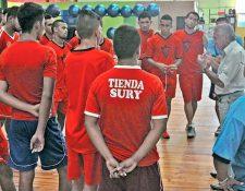 Sergio Pardo tuvo su primer acercamiento con los jugadores de Coatepeque. (Foto Prensa Libre: Alexander Coyoy)