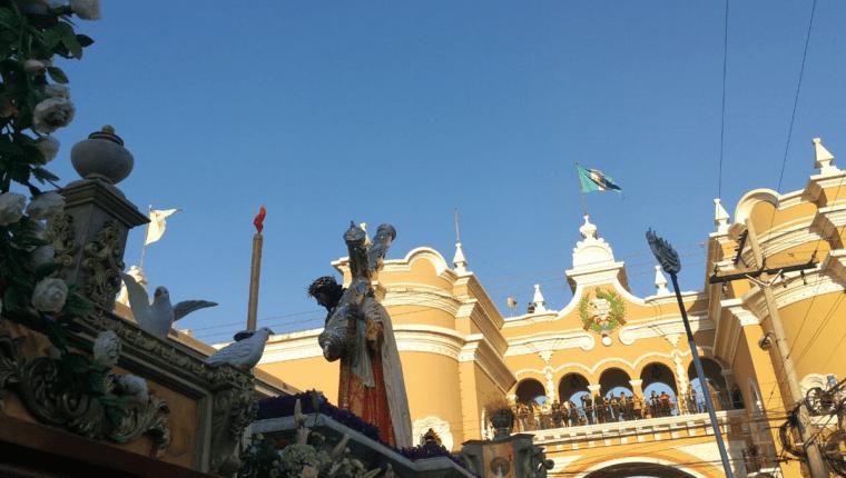 Jesús del Consuelo en su paso por el Arco de Correos, 7a. avenida y 12 calle, zona 1. (Foto Prensa Libre: Óscar Rivas)