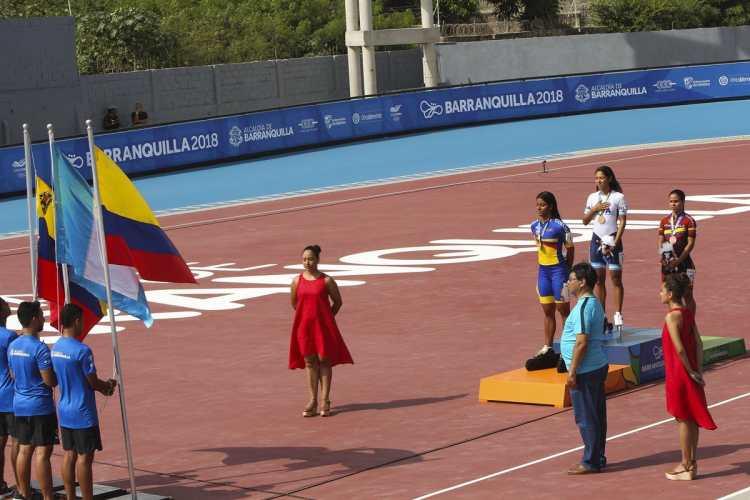 Dalia Soberanis en lo más alto del podio escucha las notas del Himno Nacional de Guatemala. (Foto Prensa Libre: Cortesía ACD)