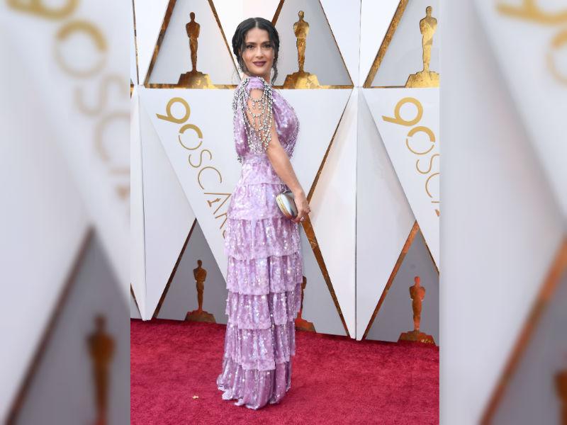 Salma Hayek usó un vestido lila con piedras brillantes para la 90 gala de los Premios Óscar 2018. (Foto Prensa Libre: AFP)