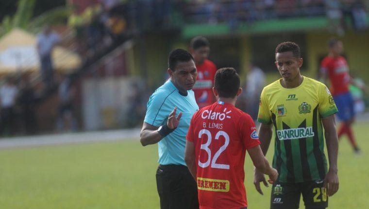 El árbitro Wálter López dirigió el encuentro entre Guastatoya y Municipal. (Foto Prensa Libre: Edwin Fajardo)