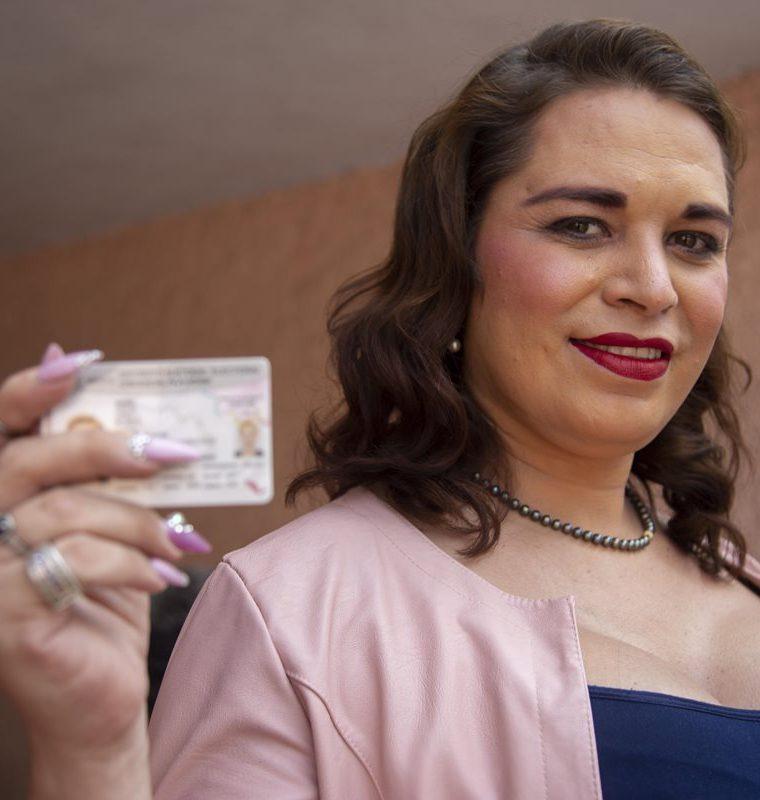 La activista transgénero Candy Chávez López emite su voto durante la jornada electoral hoy. (Foto Prensa Libre: EFE)