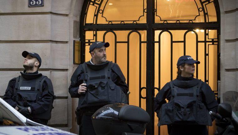 Agentes de policía montan guardia en un apartamento de la Rue Ponthieu. Francía pone en prácticas nuevos metodos de seguridad. (Foto Prensa Libre: EFE)