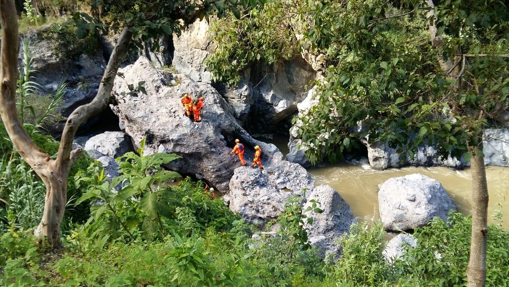 Socorristas realizan tareas de búsqueda en el Río Selegua. (Foto Prensa Libre: Mike Castillo)
