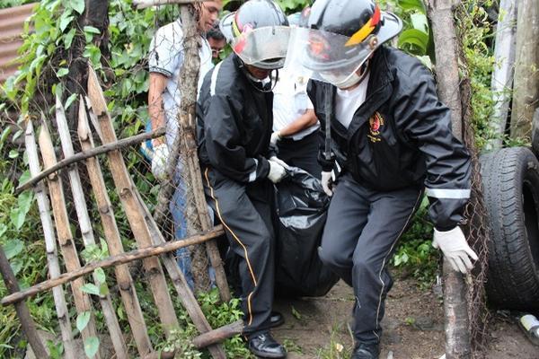 """Socorristas trasladan el cadáver de la segunda víctima que murió víctima de los sismos de este sábado, en Cuilapa, Santa Rosa. (Foto Prensa Libre: Oswaldo Cardona)<br _mce_bogus=""""1""""/>"""