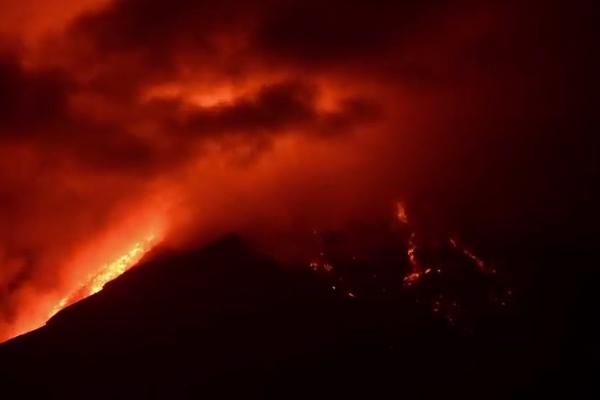 El fotografo Ricky López filmó la erupción del Volcán de Fuego. (Foto Prensa Libre: Ricky López)