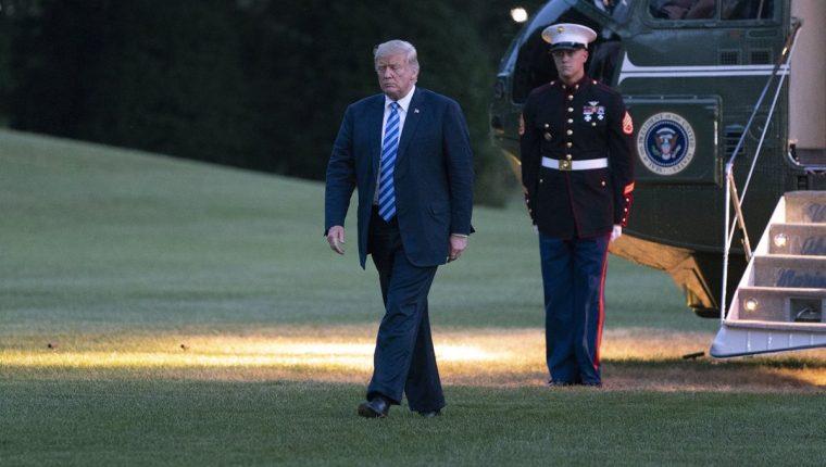 El presidente Donald Trump regresa a la Casa Blanca después de un periodo de vacaciones. El mandatario estadounidense firmó la Ley de Defensa que manda la creación de una lista de funcionarios y particulares corruptos. (Foto Prensa Libre: EFE)