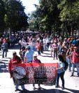Maestros avanzan por la avenida La Reforma hacia el Congreso para exigir se apruebe el Presupuesto 2017. (Foto Prensa Libre: Estuardo Paredes)