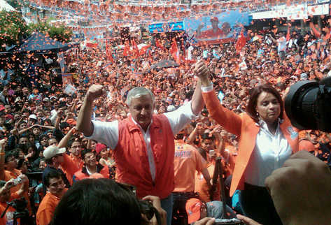 Otto Pérez y Roxana Baldetti saludan en señal de victoria en Mixco. (Foto Prensa Libre: Óscar Ismatul)