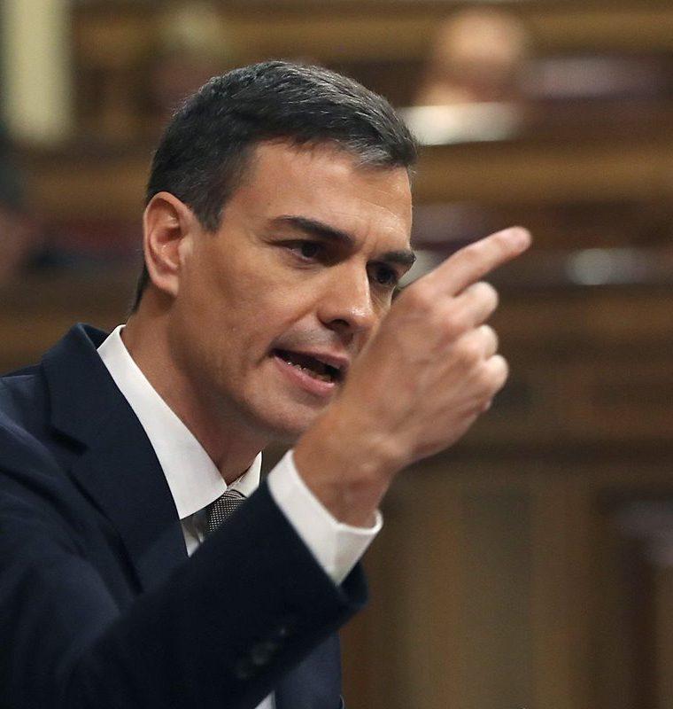 Pedro Sánchez interviene desde la tribuna de oradores del hemiciclo. (EFE).