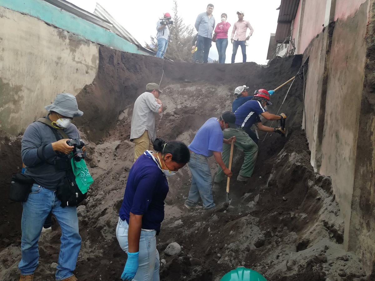 Sobrevivientes no se dan por vencidos y reanudan búsqueda de víctimas en la zona cero
