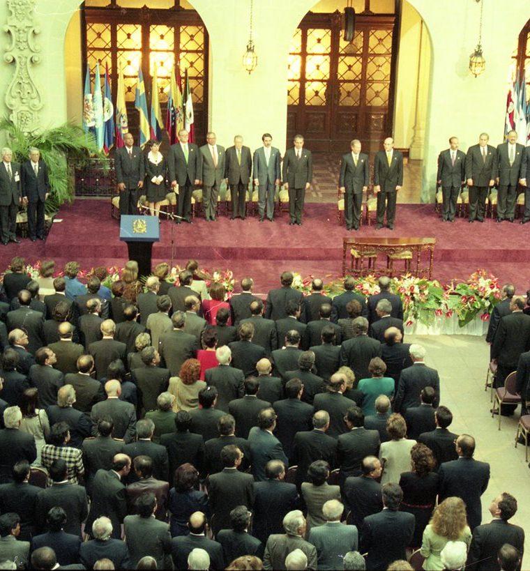 Firma de la paz entre el Gobierno y la Unidad Revolucionaria Nacional Guatemalteca (URNG). Ambas agrupaciones comparten el sitial de honor. (Foto: Hemeroteca PL)