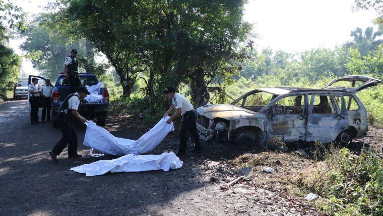 Los cuerpos de cuatro personas fueron halladas en un vehículo en Puerto San José, Escuintla. (Foto Prensa Libre: Carlos E. Paredes)